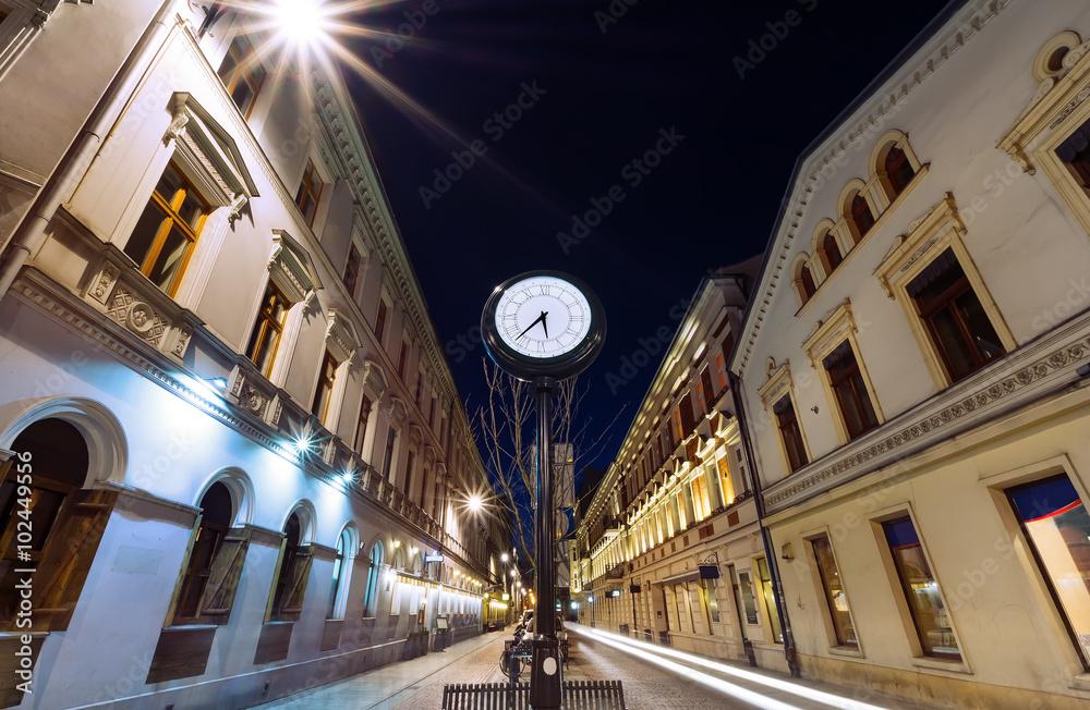 Fototapety, obrazy: Antyczny zegar na ulicy Piotrkowskiej w Łodzi wieczorem