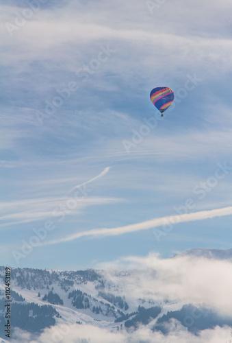 balon-na-ogrzane-powietrze-na-niebie