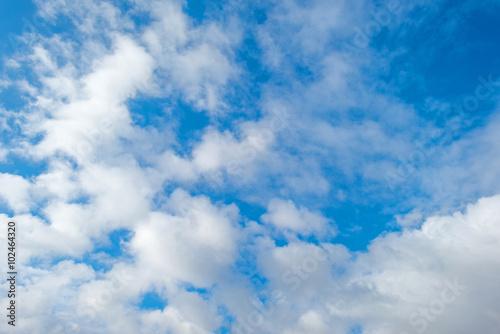 chmury-w-niebieskim-niebie