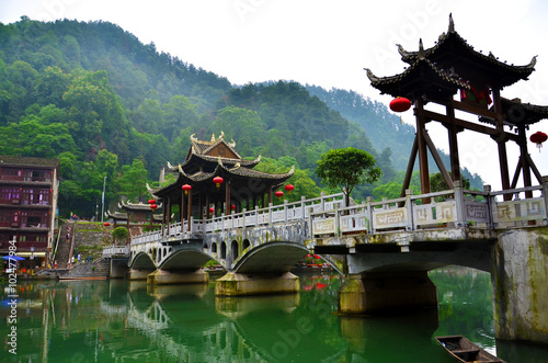In de dag China The river in the town Fenghuang The province of Hunan China is