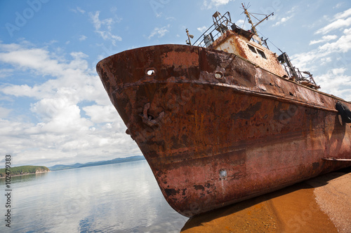 In de dag Schip Old fishing vessel on the sea shore