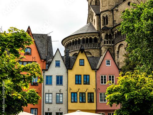 Fotografía  Eine Reihe Bunter Häuser am Rheinufer vor Groß St