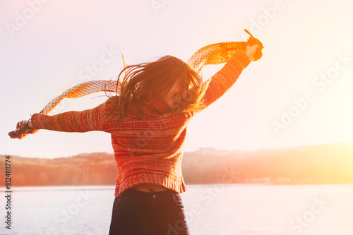 Fotografía  Silhouette of happy teen girl jumping