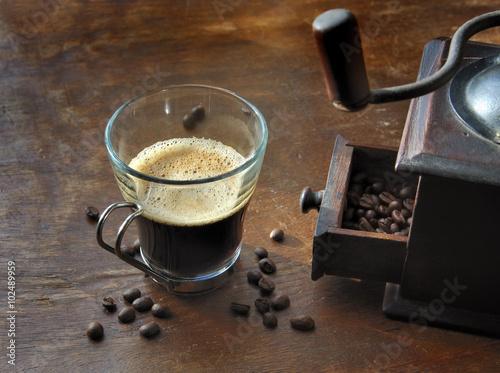 tasse café et moulin sur table en bois