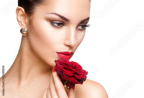 Obraz na plátně  Krása ženy s rudou růží na bílém pozadí