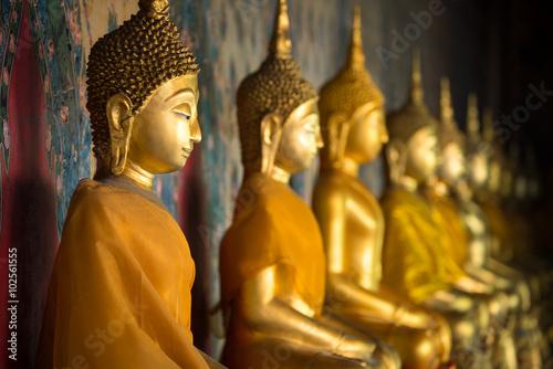 Deurstickers Boeddha Goldene Buddha Statuen in einem buddhistischen Tempel