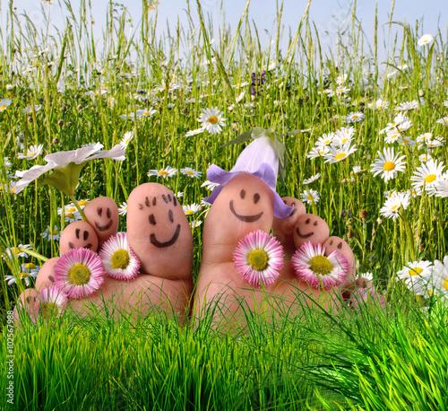 Entspannung pur: Glückliche, gesunde Füße auf Sommerwiese :)