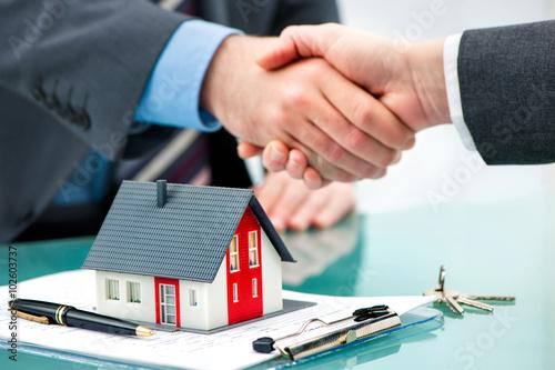 Fotografía  Händedruck mit Kunden nach dem erfolgreichen Vertragsabschluss