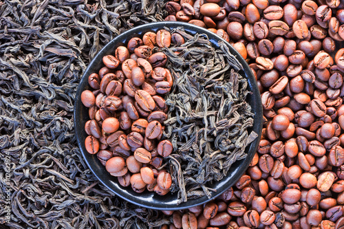 ziarna-kawy-i-czarnej-herbaty-w-okraglym-spodku