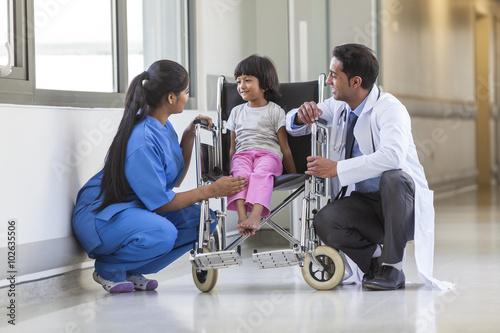 Plakat Pielęgniarka Lekarz i kobieta dziewczyna Dziecko Szpital pacjenta w Wheelchai
