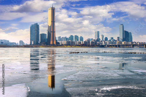 Fotografia  Ice of Han river and cityscape in winter,Seoul in South Korea.