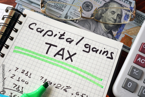 Foto  Notebook with capital gains tax  sign on a table