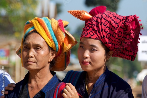 Photo  Shan Women in their traditional head wraps in Inle Lake, Myanmar