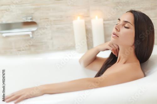 Fotografia Beautiful woman relaxing in the bathroom