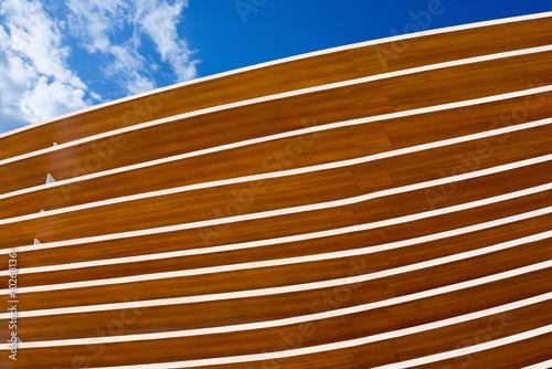 szczegol-nowozytna-drewniana-architektura-zamyka-up-nowozytna-drewniana-architektura-na-niebieskim-niebie-z-chmurami