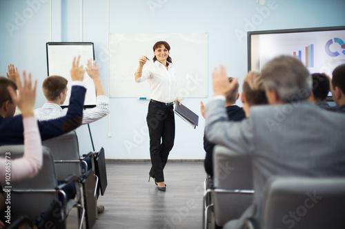 Foto  Studenten, die Hände anheben Frage während des Seminars zu fragen,