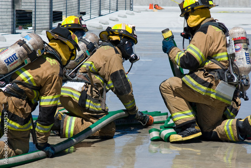 Valokuva Firefighters training for fire with water hose