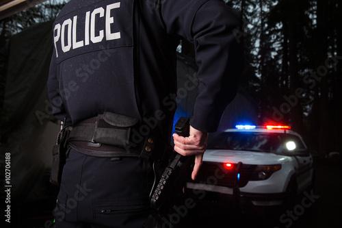 Fotografia Police Officer grabbing his gun
