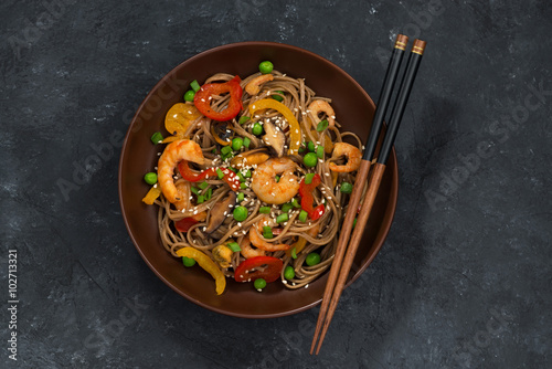 Valokuva Buckwheat noodles with seafood in a bowl, top view