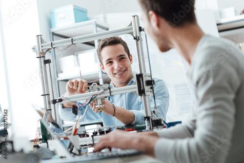 Plakat Studenci inżynierii pracujący w laboratorium