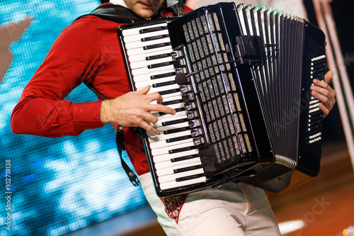 Fotografía  The musician playing the accordion