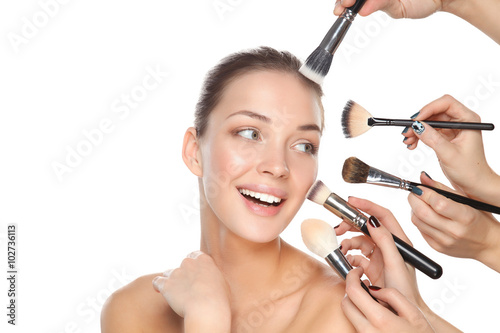 Photo  Closeup portrait picture of beautiful woman with brushes