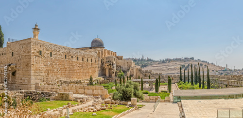 In de dag Bedehuis Panoramic view of the Solomon's temple remains and Al-Aqsa Mosque minaret in Jerusalem, is believed by Muslims to be the second mosque on earth after the Kaba.