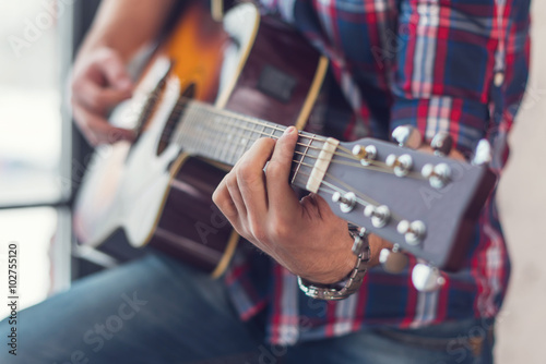 Valokuvatapetti Accord chord, Close up of mens hands playing an acoustic guitar