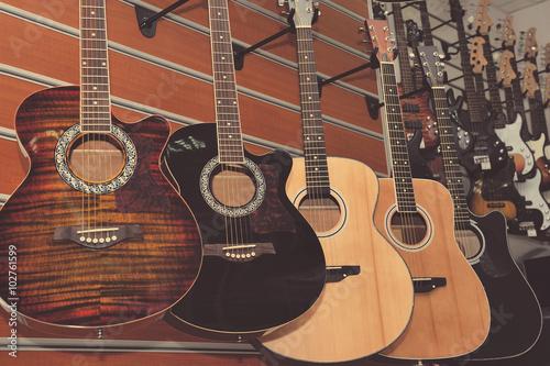 Montage in der Fensternische Musikladen Guitars in the store background