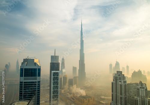 Fotografie, Obraz  Downtown Dubaj se vztahuje časné ranní mlhy