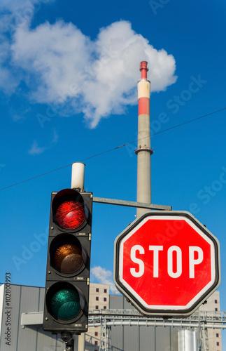 Fotografie, Obraz  Industrieschlot und Stopptafel