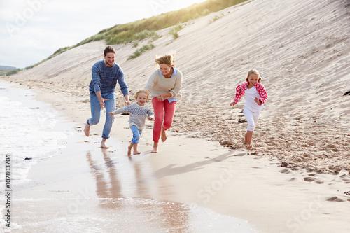 Plakat Rodzina na wakacje na plaży działa przez morze