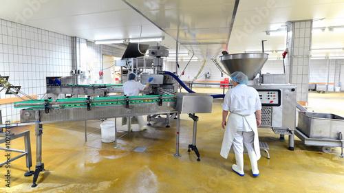 Staande foto Industrial geb. Lebensmittelfabrik - Herstellung von Würsten am Fliessband - Interieur einer Großfleischerei // food factory - production of sausages on an assembly line - interior of a large butcher
