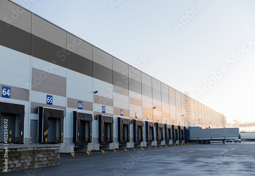Fotomural warehouse gates and truck loading