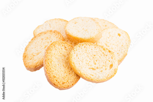 Fotografía  White bread croutons with salt on a white background