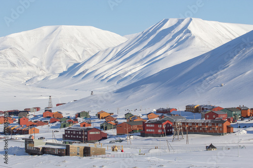 Photo Stands Arctic Mountains tower over Longyearbyen, Spitsbergen (Svalbard). Norway