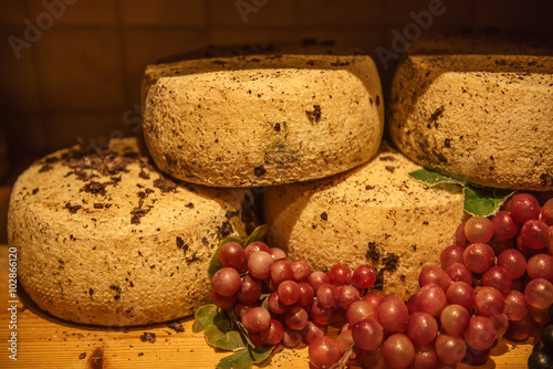 Photo  Traditional italian pecorino cheese in the organic shop in Pienza, Italy