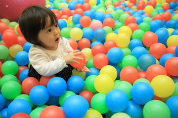 Fototapeta na wymiar ボールプールで遊ぶ赤ちゃん(1歳児)