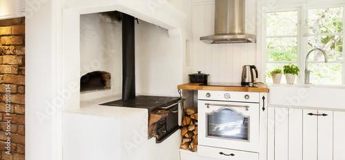 interiör detalj av ett lantligt kök med vedspis