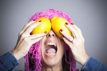 Rostro Femenino Con Limones Por Ojos