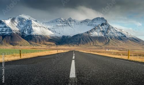perspektywiczna-droga-z-snieznym-pasma-gorskiego-tlem-w-chmurnym-dzien-jesieni-sezonie-iceland