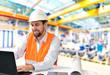 Ingenieur vor Ort in einer Industriehalle - entwicklung und Planung im Maschinenbau // development and planning in mechanical engineering