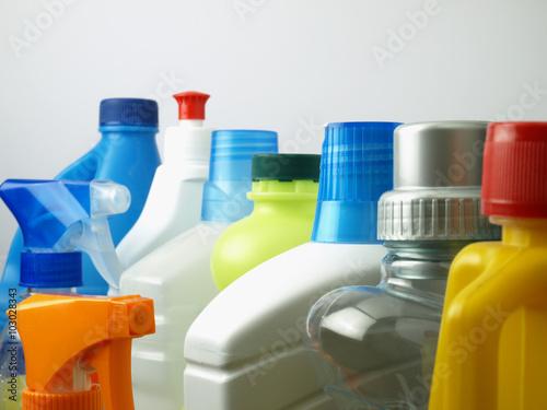 Fotografía  Artículos de limpieza en recipientes de plástico
