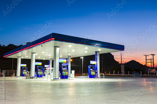 Foto Tankstelle bei Sonnenuntergang.