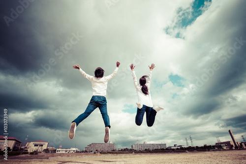 Fotografia  空に向かってジャンプしている男女