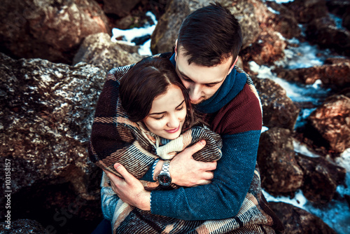 Photo  Young happy couple outdoor on the stones