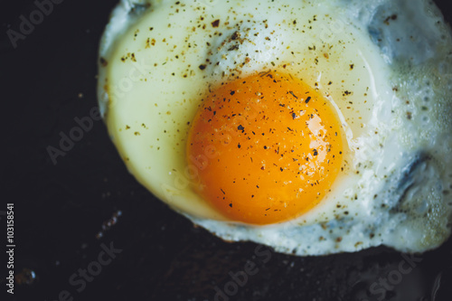 Tuinposter Gebakken Eieren fried egg on the pan