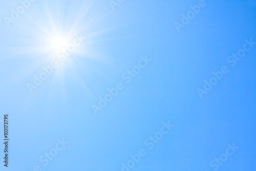 Photo  Shining sun at clear blue sky.