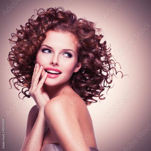 piekna-usmiechnieta-rozwazna-kobieta-z-kedzierzawym-wlosy
