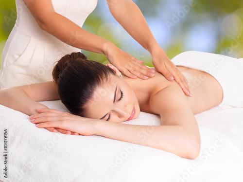 Poster  Frau, die Massage der Körper im Wellness-Salon
